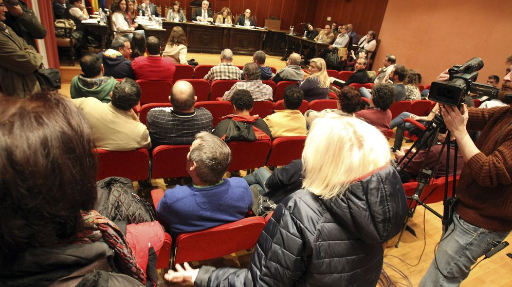 Foto: Varios vecinos piden información en un pleno del ayuntamiento de Manzanares. (Efe)