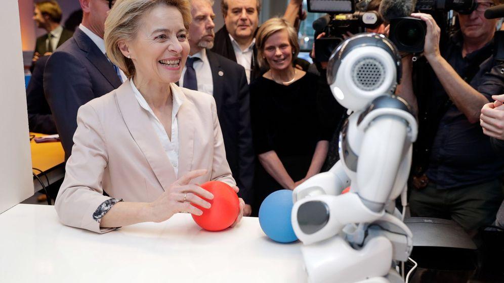 Foto: La presidenta de la Comisión Europea, Ursula von der Leyen, junto a un robot durante su visita al Centro Xperience (Bérgica) de Inteligencia Artificial. (EFE)