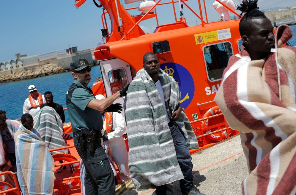 Foto: Un grupo de inmigrantes interceptados en una patera en el Estrecho de Gibraltar desembarcan en Tarifa, el 2 de julio de 2018. (Reuters)