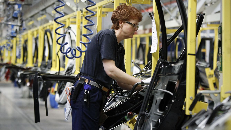 Última hora económica: La industria coge aire y factura un 17% más que en mayo