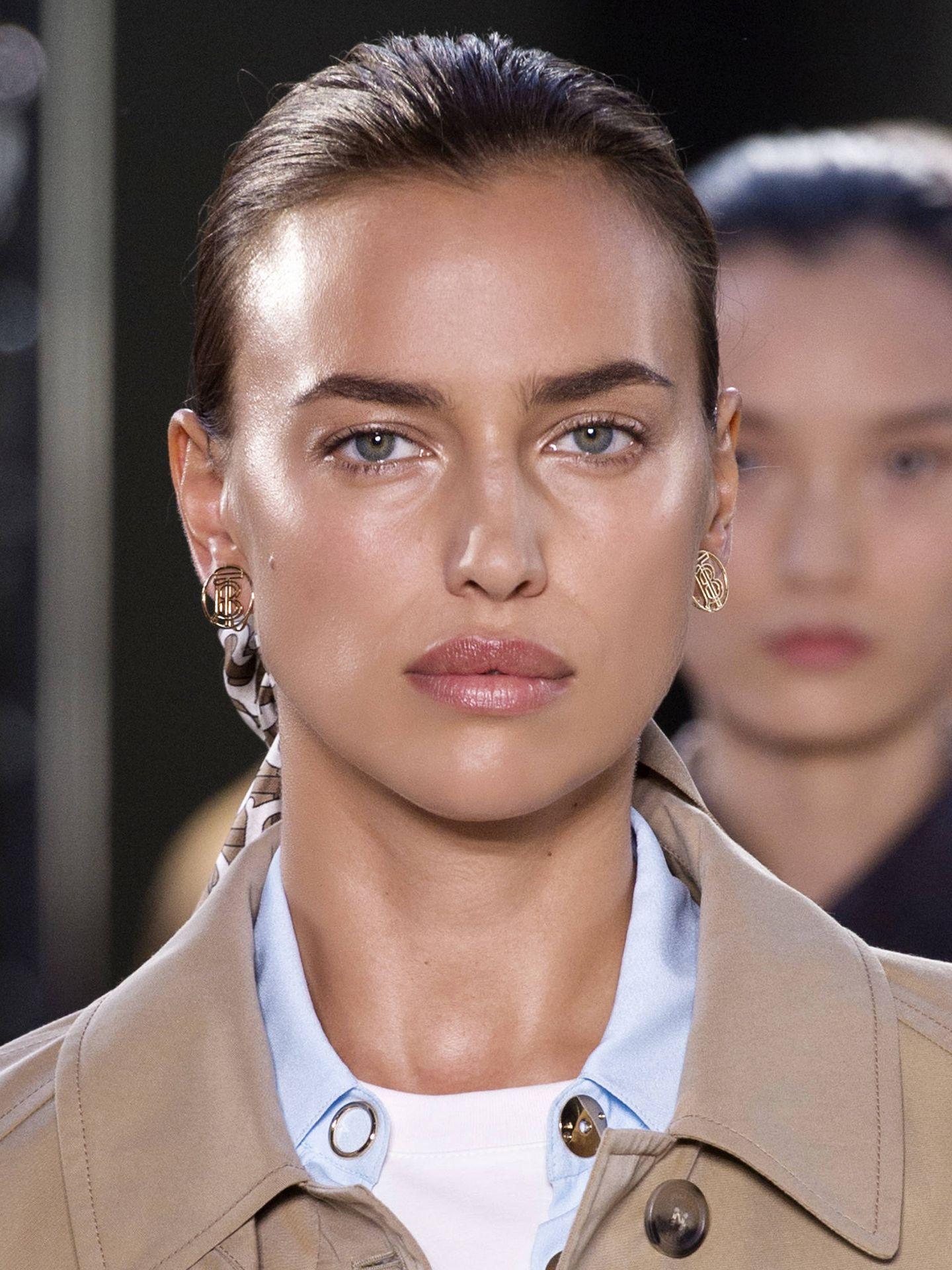 Irina Shayk, con la piel bronceada y perfectamente iluminada. (Imaxtree)