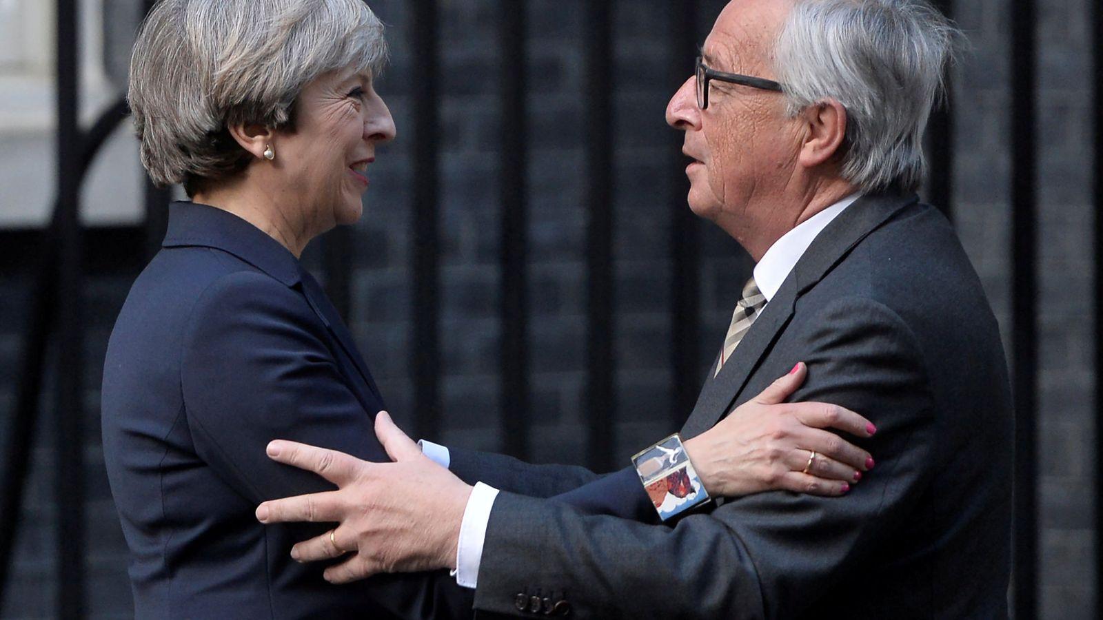 Foto: La primera ministra de Reino Unido Theresa May y el presidente de la Comisión Europea Jean Claude Juncker. (Reuters)