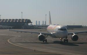 Aena y Madrid se culpan de la fuga de pasajeros de Barajas