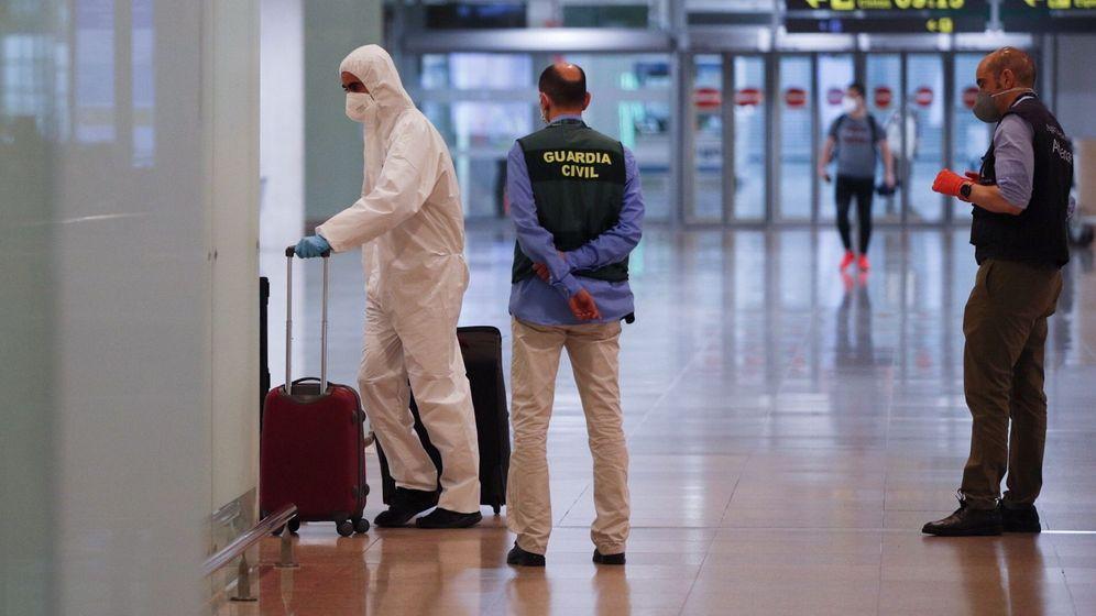 Foto: Viajeros procedentes de Ámsterdam llegan al aeropuerto de El Prat. (EFE)