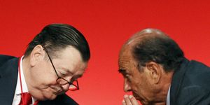 Foto: Zapatero culmina su servidumbre a Botín