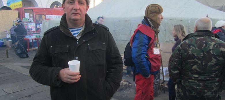 Foto: Pavlo Harmashov, veterano de Afganistán,  en el campamento opositor en Kiev (D. Iriarte).