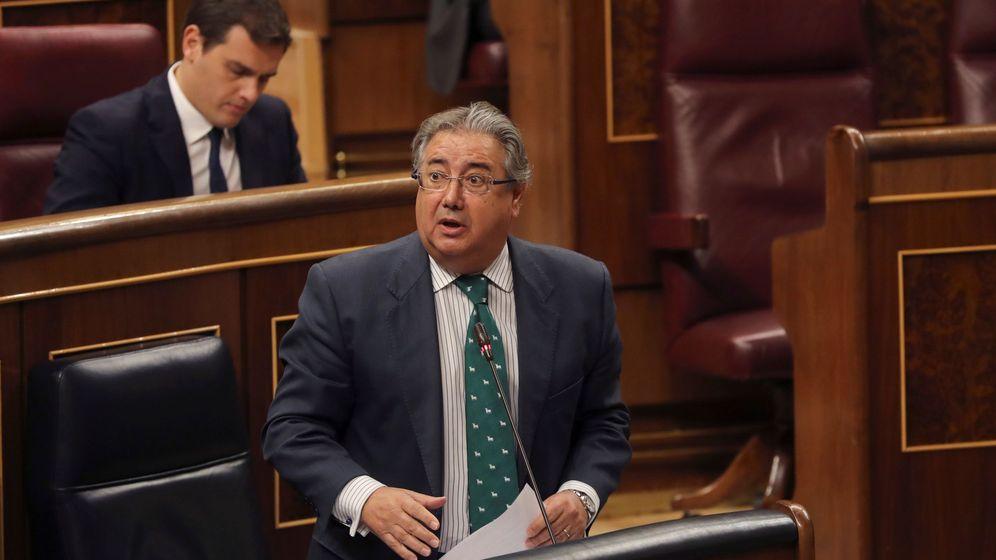 Foto: El ministro del Interior, Juan Ignacio Zoido, interviene en la sesión de control al Ejecutivo celebrada en el Congreso. (EFE)