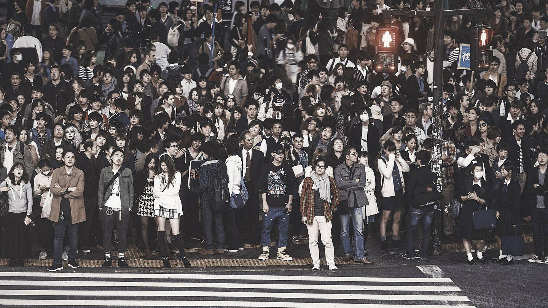 Una multitud aguarda en un semáforo de Tokio. (iStock)
