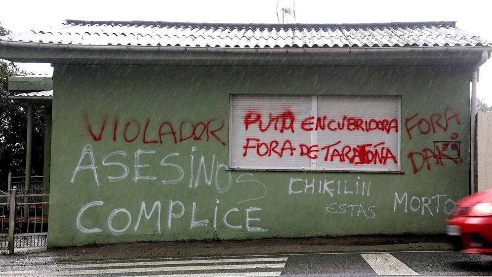 Foto: Pintadas amenazantes en la localidad coruñesa de Taragoña (del municipio de Rianxo) en la fachada en donde vivían el Chicle y su esposa. (EFE)