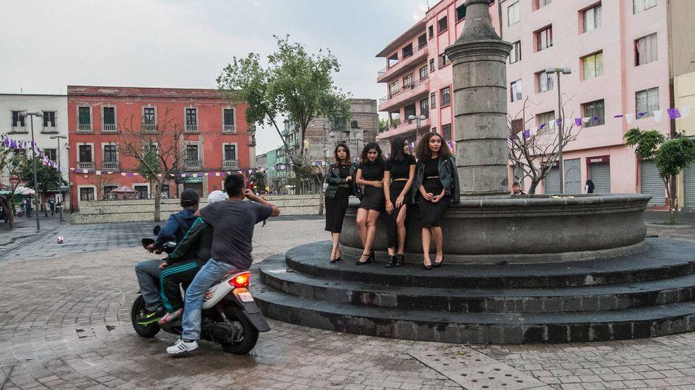 Foto: Foto de las cuatro jóvenes mientras son acosadas por tres hombres. (www.facebook.com/morrascontacto)