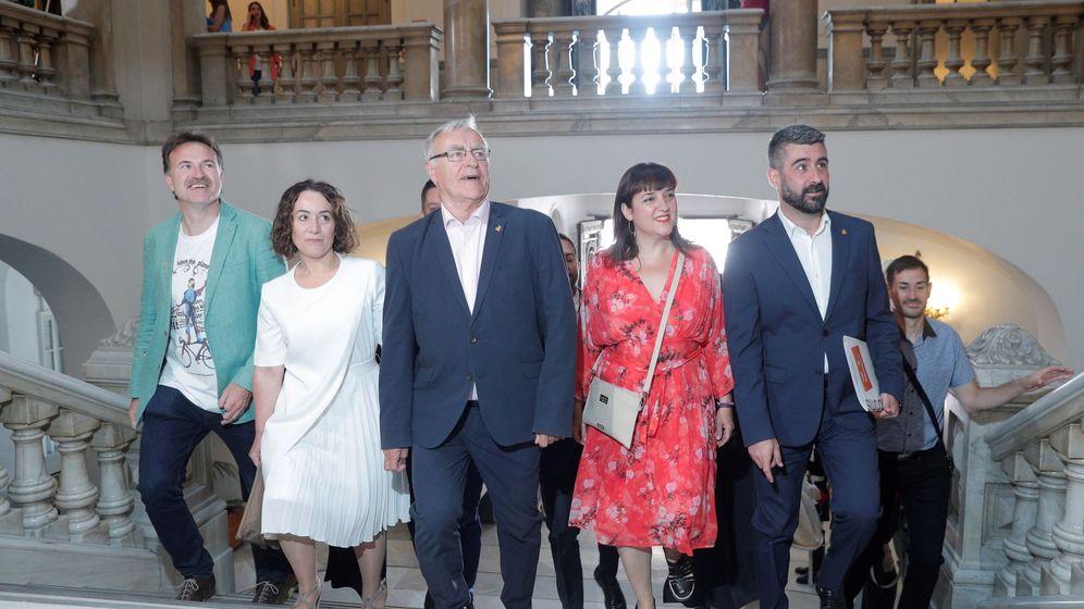 Foto: Joan Ribó, con los concejales de Compromís, pocos minutos antes de su elección como alcalde de Valencia. (EFE)
