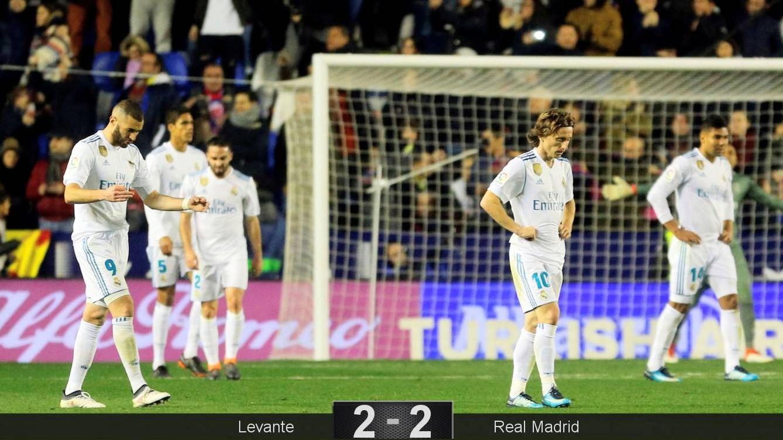 Foto: Los jugadores del Madrid lamentan un gol del Levante. (Reuters)