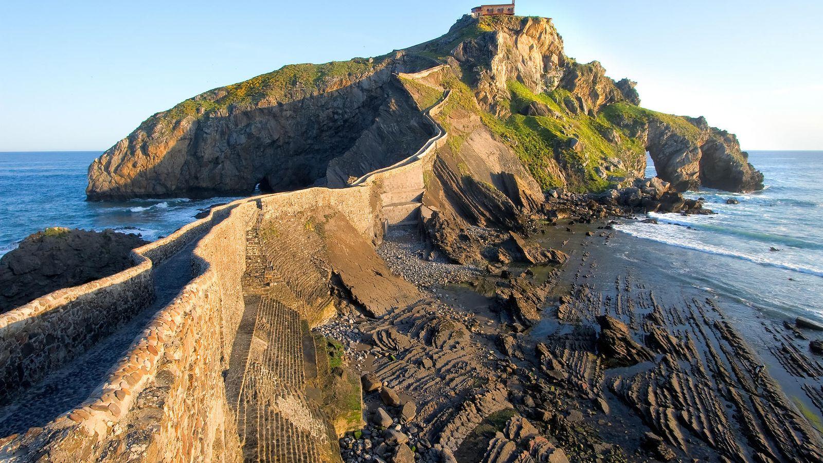 Foto: San Juan de Gaztelugatxe, con la ermita al fondo. (Euskadi Turismo)