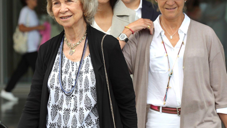 La reina Sofía, junto a la infanta Elena y sus nietos Victoria Federica y Froilán. (EFE)