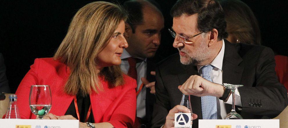 Foto: El presidente del Gobierno, Mariano Rajoy, conversa con la ministra de Empleo y Seguridad Social, Fátima Báñez (EFE)