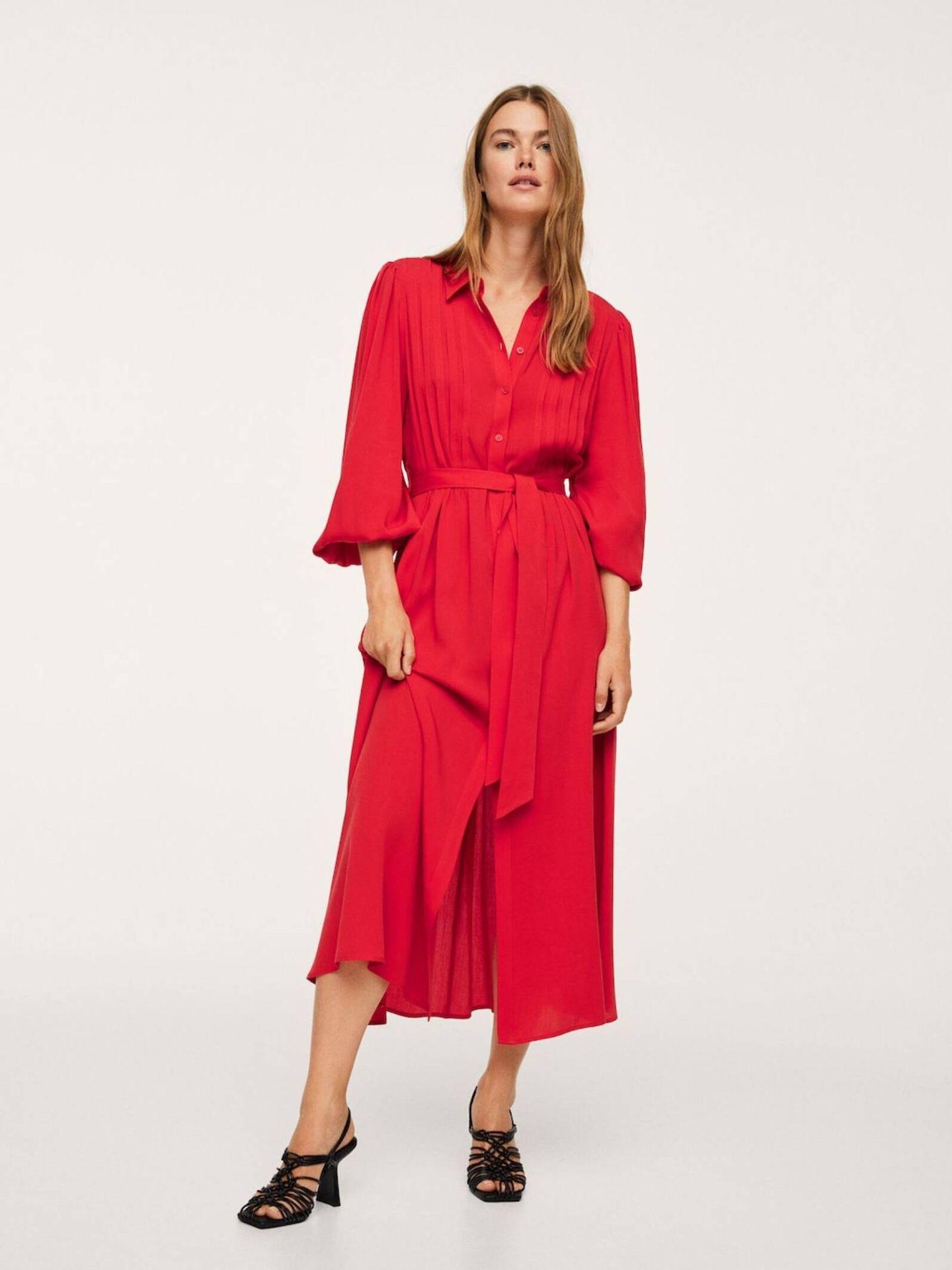 Vestido camisero en color rojo de Mango. (Cortesía)