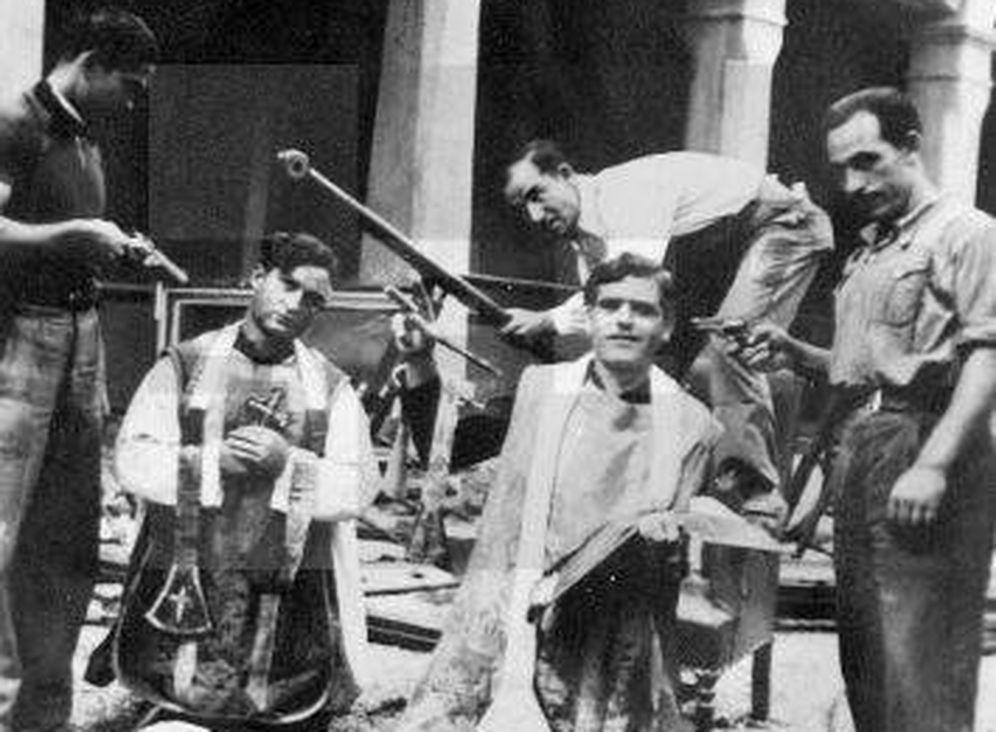 Foto: Milicianos se burlan de la Iglesia durante la Guerra Civil.
