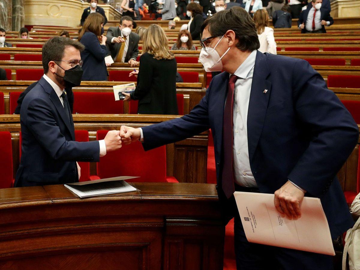 Foto: Illa (d) saluda a Aragonès en el Parlament de Cataluña, en una imagen de archivo. (EFE)