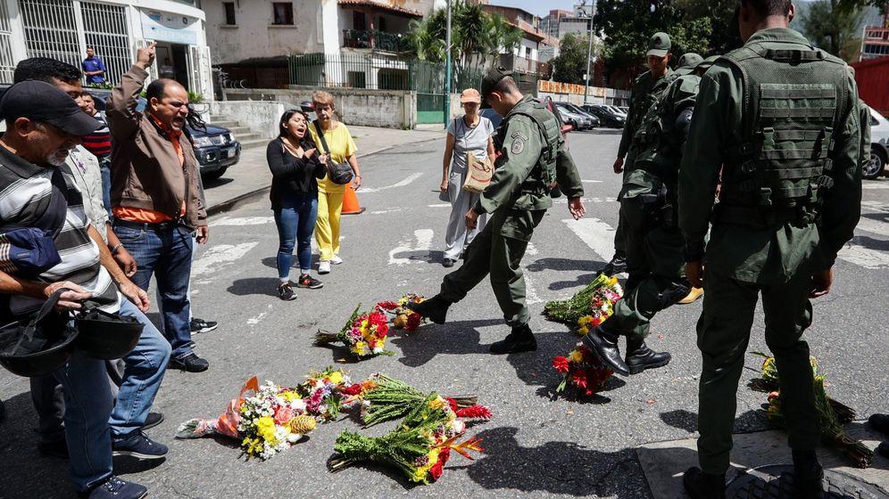 Foto: Los militares patean las ofrendas florales que varias personas habían depositado en recuerdo de Rafael Acosta. (EFE)