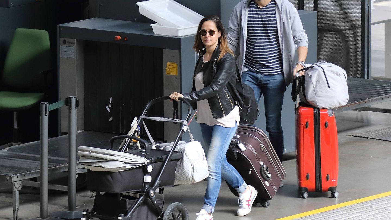 GALERÍA: Roberto Leal y su mujer Sara llegan a Sevilla con su hija Lola.