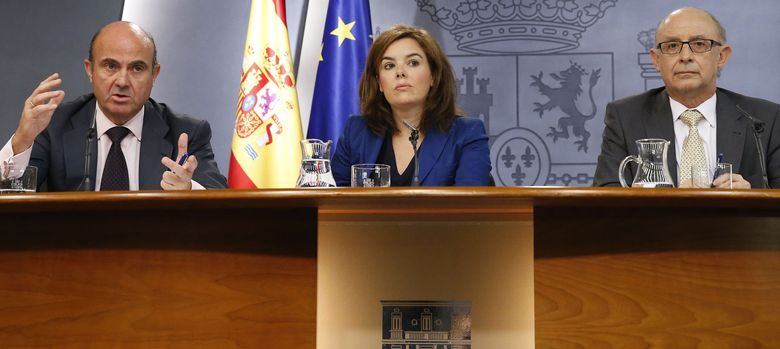 Foto: La vicepresidenta del Gobierno, Soraya Sáenz de Santamaría, el ministro de Economía, Luis de Guindos, y el ministro de Hacienda, Cristóbal Montoro.