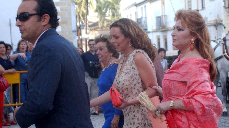 Rocío Carrasco junto a Rocío Jurado y Fidel Albiac. (Cordon Press)