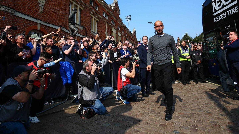 Pep Guardiola, aclamado por la afición del Manchester. (Cordon Press)