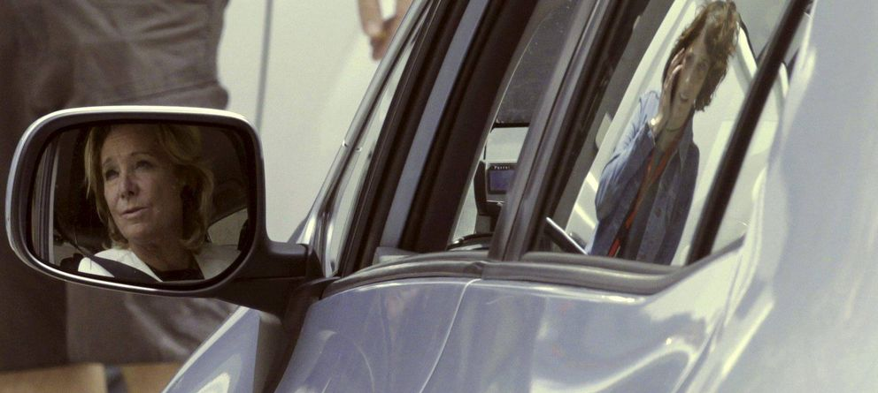 Foto: Esperanza Aguirre se refleja en el espejo retrovisor exterior de su coche. (EFE)