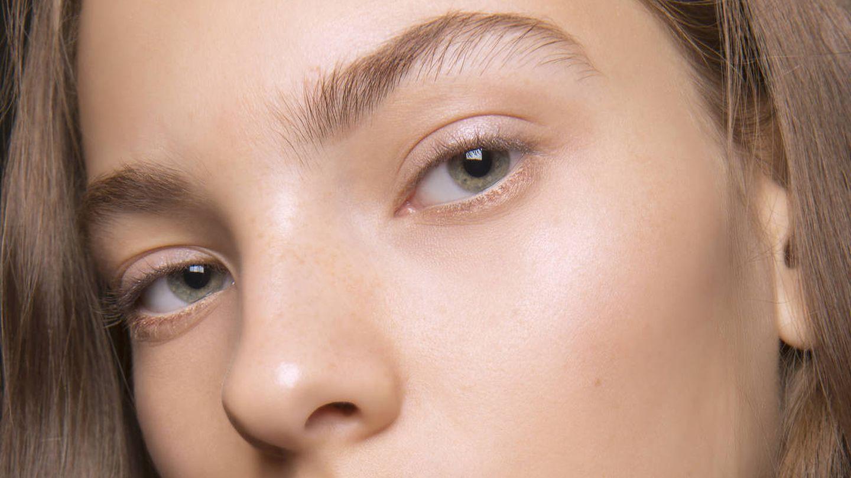 La cuarentena es el momento perfecto para dejar crecer las cejas. (Imaxtree)