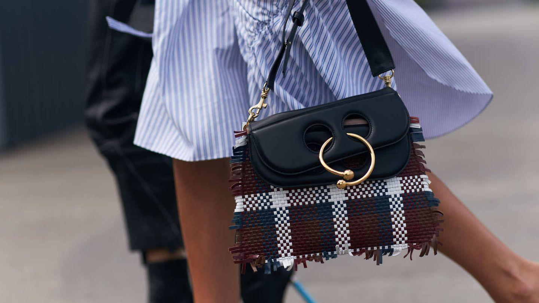 La tendencia de los bolsos trenzados resurge cada verano. (Imaxtree)