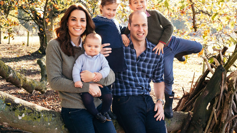 Charlotte, en el centro, con el jersey azul de George. (Palacio de Kensington)
