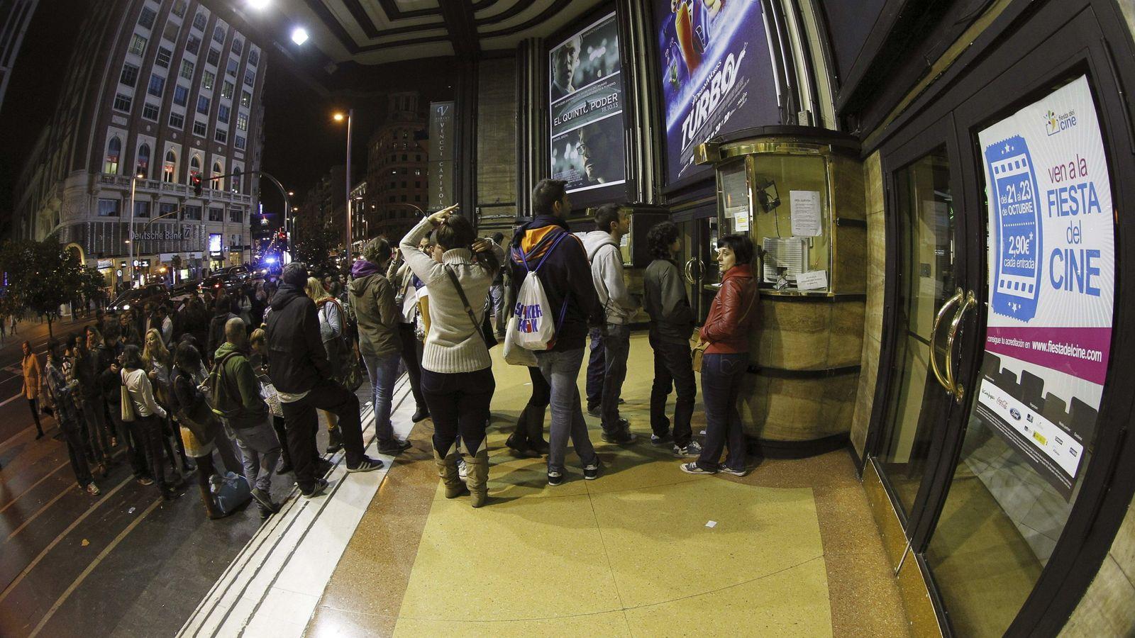 Foto: Vista de la cola formada a las puertas del cine Capitol de Madrid en la Fiesta del Cine. (EFE)