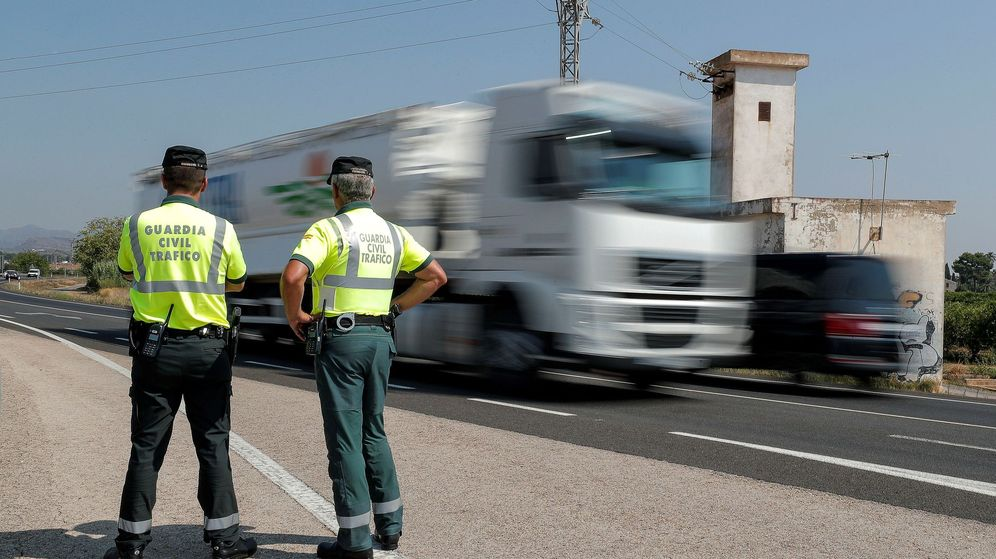 Foto: Dos agentes de la Guardia Civil, en la carretera CV-32. (EFE)