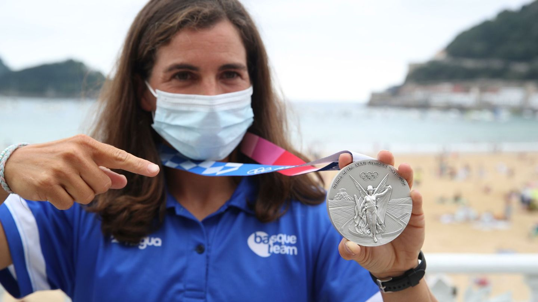 La medallista olímpica Maialen Chourraut posa en San Sebastián con su plata. (EFE)