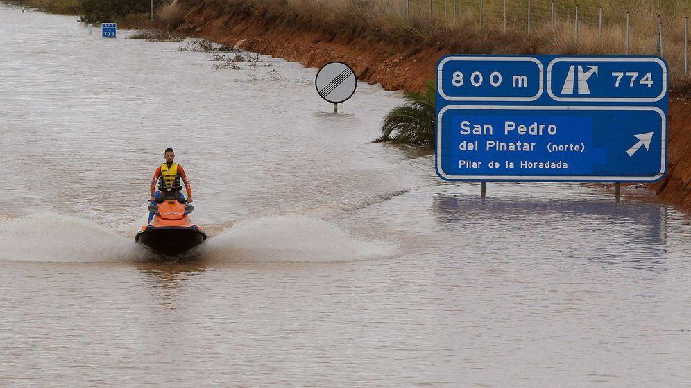 Foto: Un miembro de los servicios de rescate con una moto acuática a la salida de un túnel de la AP-7. (EFE)