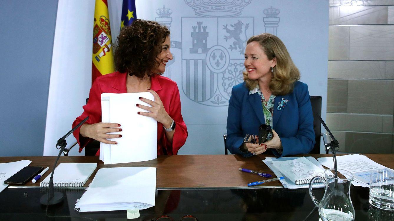 Foto: La vicepresidenta tercera y ministra de Asuntos Económicos y Transformación Digital del Gobierno, Nadia Calviño (d) junto con la ministra de Hacienda, María Jesús Montero (i). (EFE)