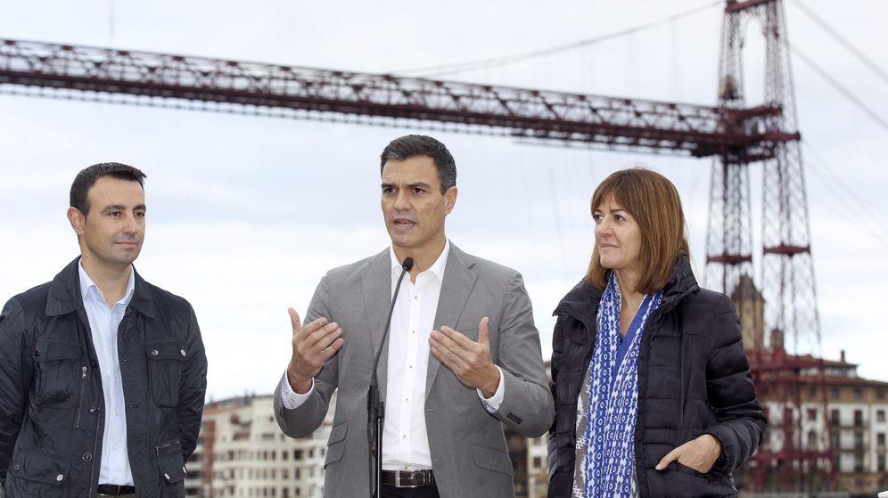 Foto: Pedro Sánchez, con la líder del PSE, Idoia Mendia, y el alcalde de Portugalete, Mikel Torres, este 27 de octubre ante el Puente Colgante de la localidad vizcaína. (EFE)
