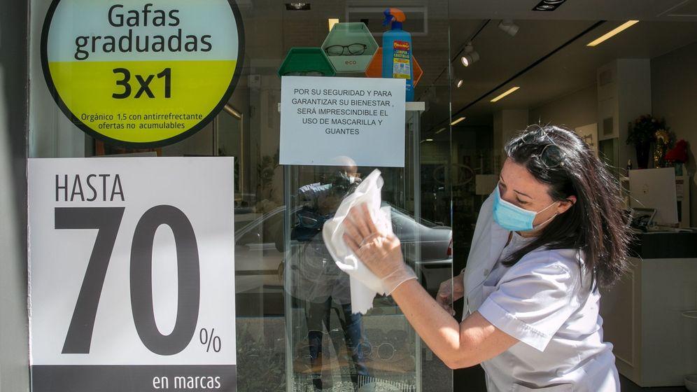 Foto: Una óptica en Zaragoza con descuentos agresivos tras la pandemia. (Efe)