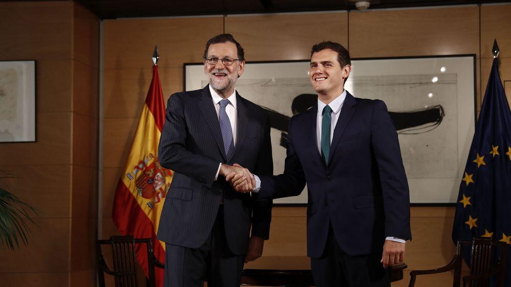 Foto: El presidente del Gobierno en funciones, Mariano Rajoy (i), y el líder de Ciudadanos, Albert Rivera, durte la entrevista que mantuvieron en el Congreso. (EFE)