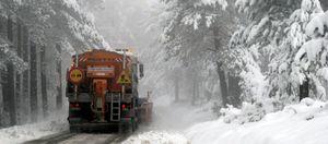 La nieve y el hielo dificultan el tráfico aéreo y por carretera en el Puente de la Constitución