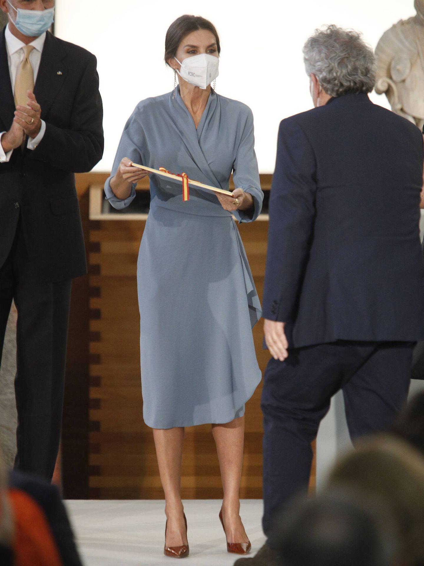 La Reina, entregando uno de los galardones. (LP)
