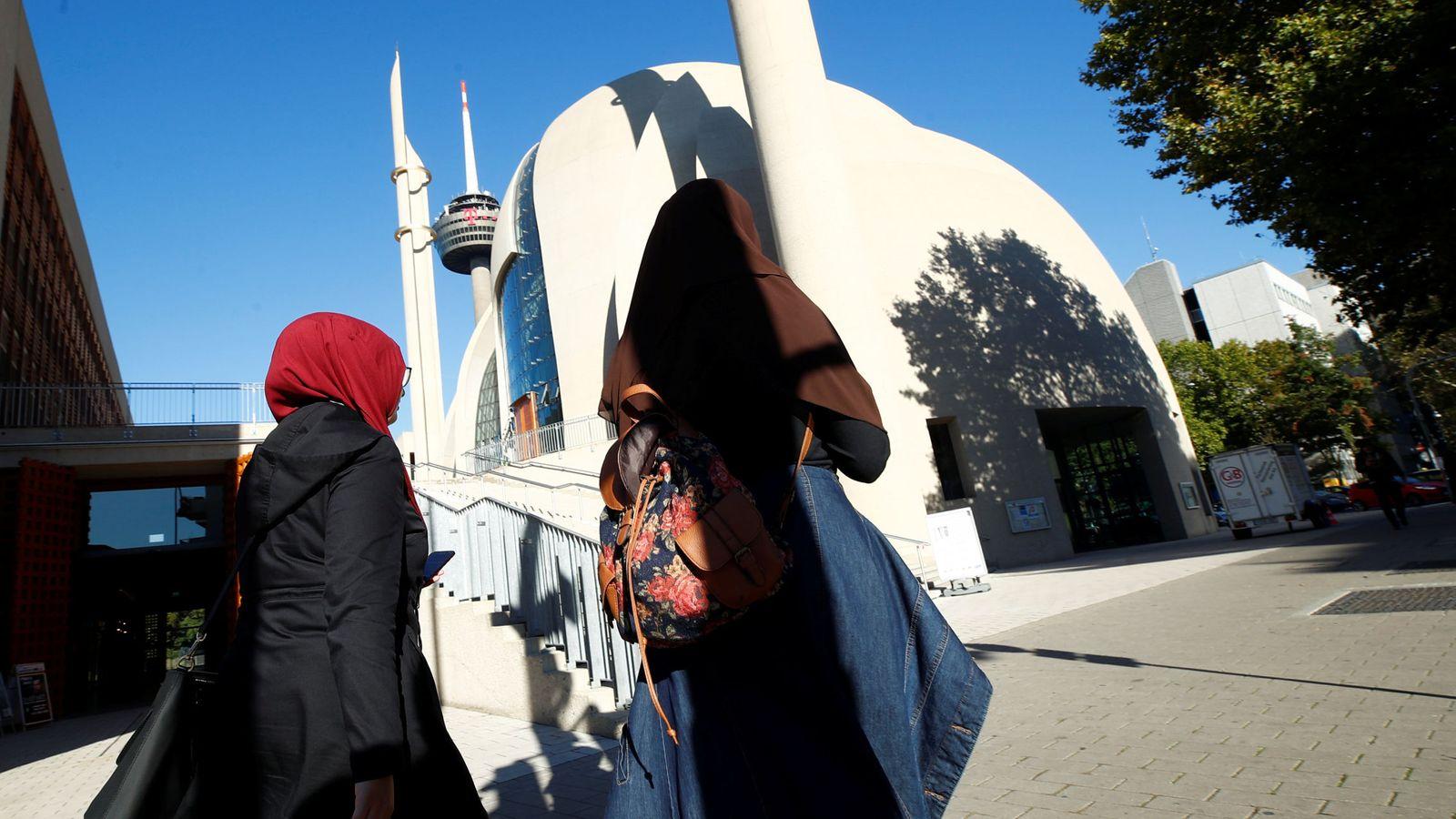 Foto: Dos mujeres caminan frente a la Mezquita Central de Colonia, en septiembre de 2018. (Reuters)
