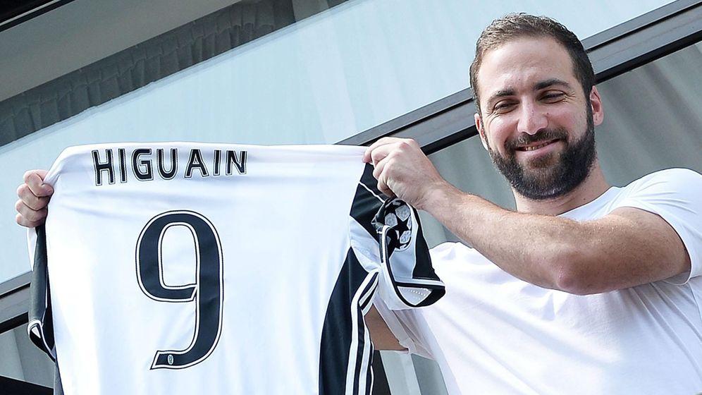 Foto: Higuaín llegó a Turín y fue recibido por los hinchas de la Juve. (EFE)