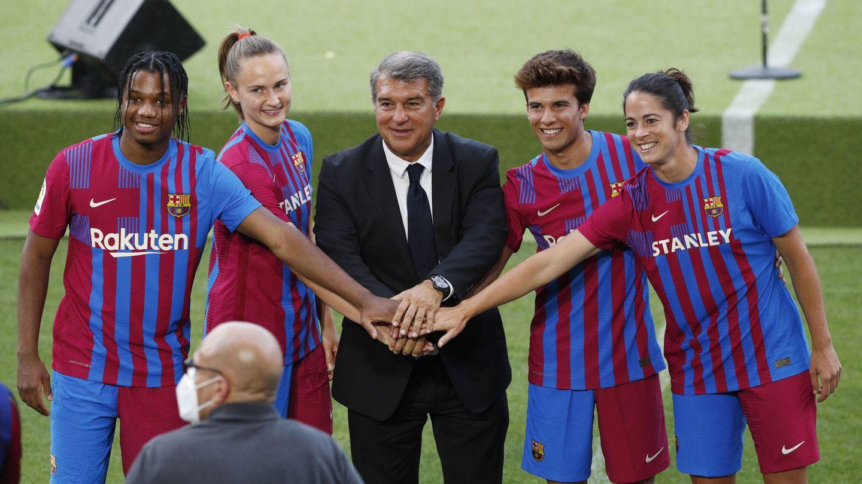 El Barça presenta su nueva camiseta junto a Ansu Fati, Caroline Graham Hansen, Riqui Puig y Marta Torrejon. (Reuters)