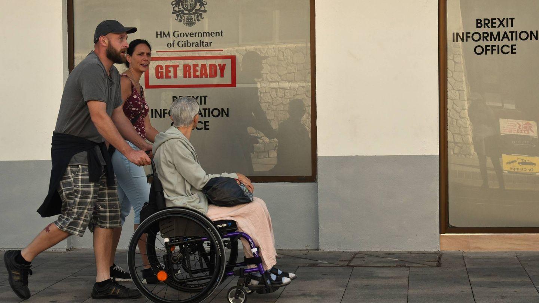 Una familia pasa delante de la oficina de información del Brexit. (Toñi Guerrero)