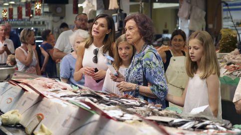 Letizia, Sofía y las Infantas visitan el Mercado del Olivar en Palma
