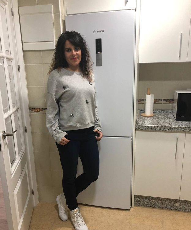Foto: Marta, junto a su frigorífico