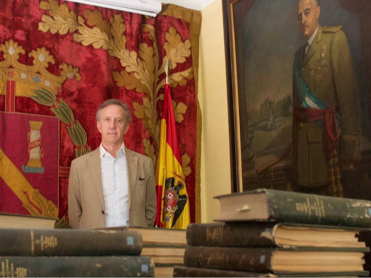 Foto: Jaime Alonso, vicepresidente de la Fundación Nacional Francisco Franco junto al retrato del dictador en la sede de Concha Espina.  Foto: Julio Martín Alarcón