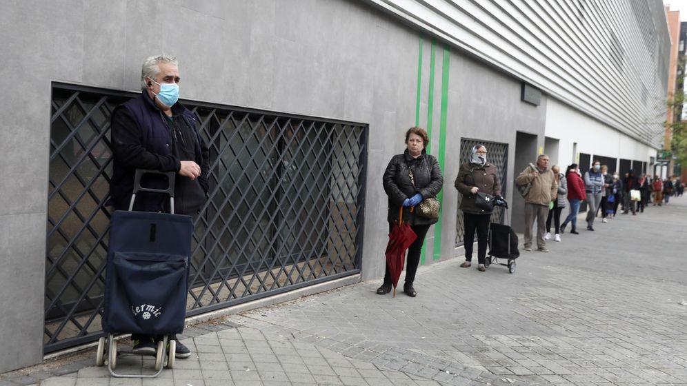 Foto: Personas haciendo cola para entrar al supermercado en Madrid. (Reuters)