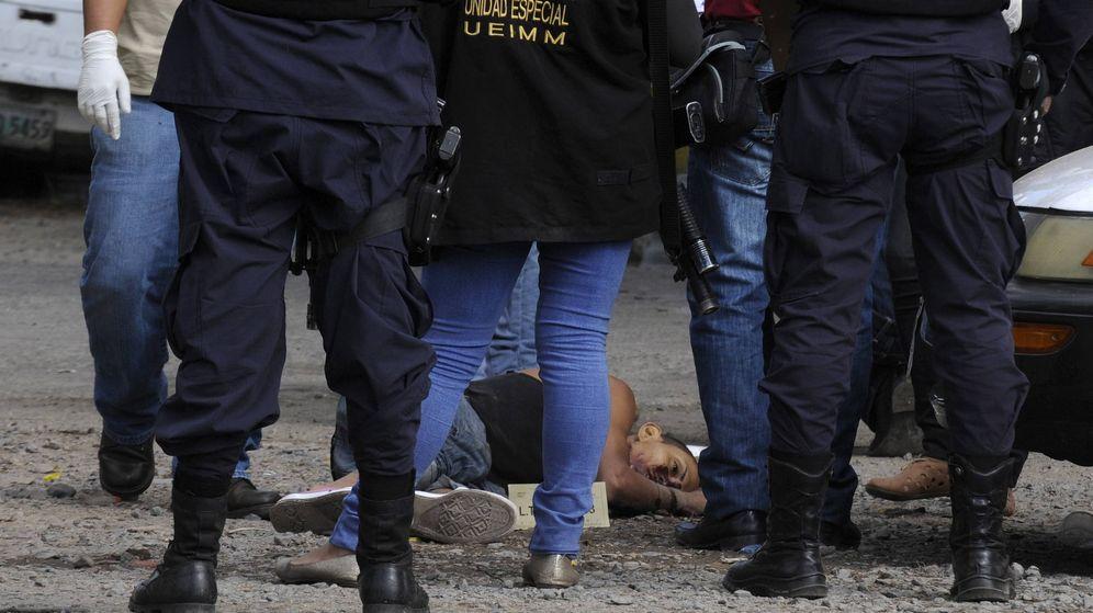 Foto: Forenses y policías observan el cuerpo de un hombre tiroteado en Tegucigalpa, en 2015. (Reuters)